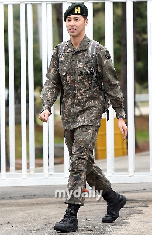 """""""ชองยุนโฮ TVXQ"""" ปลดประจำการทหาร แฟนคลับกว่า 1,000 คน รอรับเนืองแน่น!"""