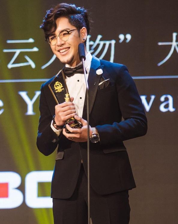 ทอม รับรางวัลงาน Thailand Headlines Person of the Year Awards 2016-2017