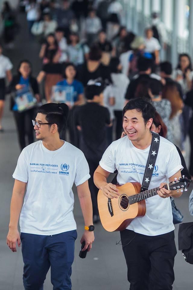 พลังน้ำใจล้น! 'แสตมป์' เดินร้องเพลงบนสกายวอล์ค ถ่ายทอดความเจ็บปวดผู้ลี้ภัย